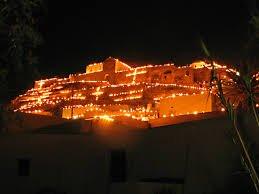 Pyrgos en Pascua lleno de flamas en los techos