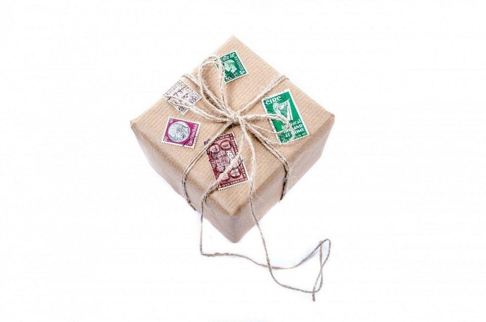 Regalos de despedida por viaje - caja envuelta en papel madera