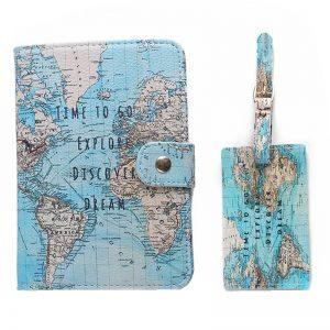 Regalos para viajeros:  funda para pasaporte con mapamundi como regalo de despedida por viaje