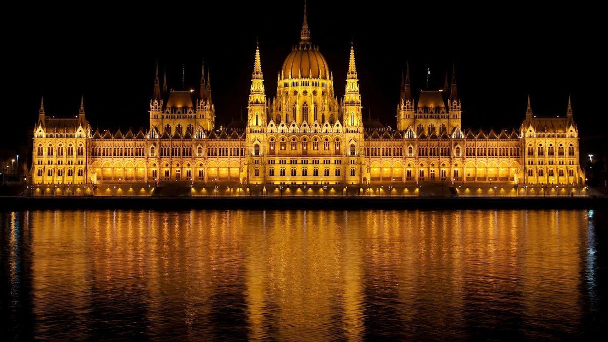tour parlamento de budapest - imagen del parlamento a la rivera del danubio