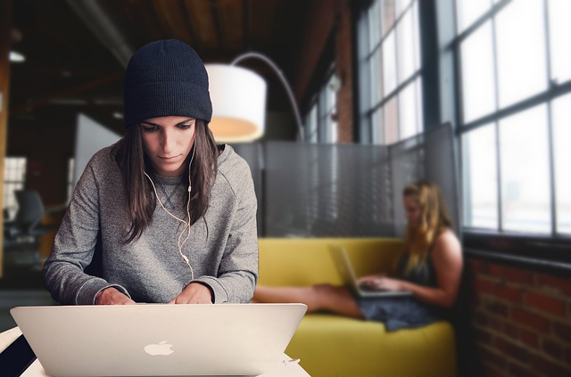 Coworking barato en Madrid - chicas en un coworking con laptops