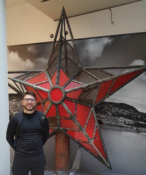 Yo posando con la estrella comunista en mi tour del parlamento de budapest