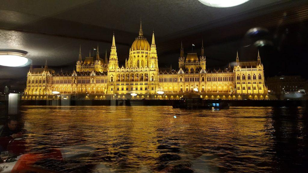 Parlamento de Budapest visto desde ventana de barco en el Danubio